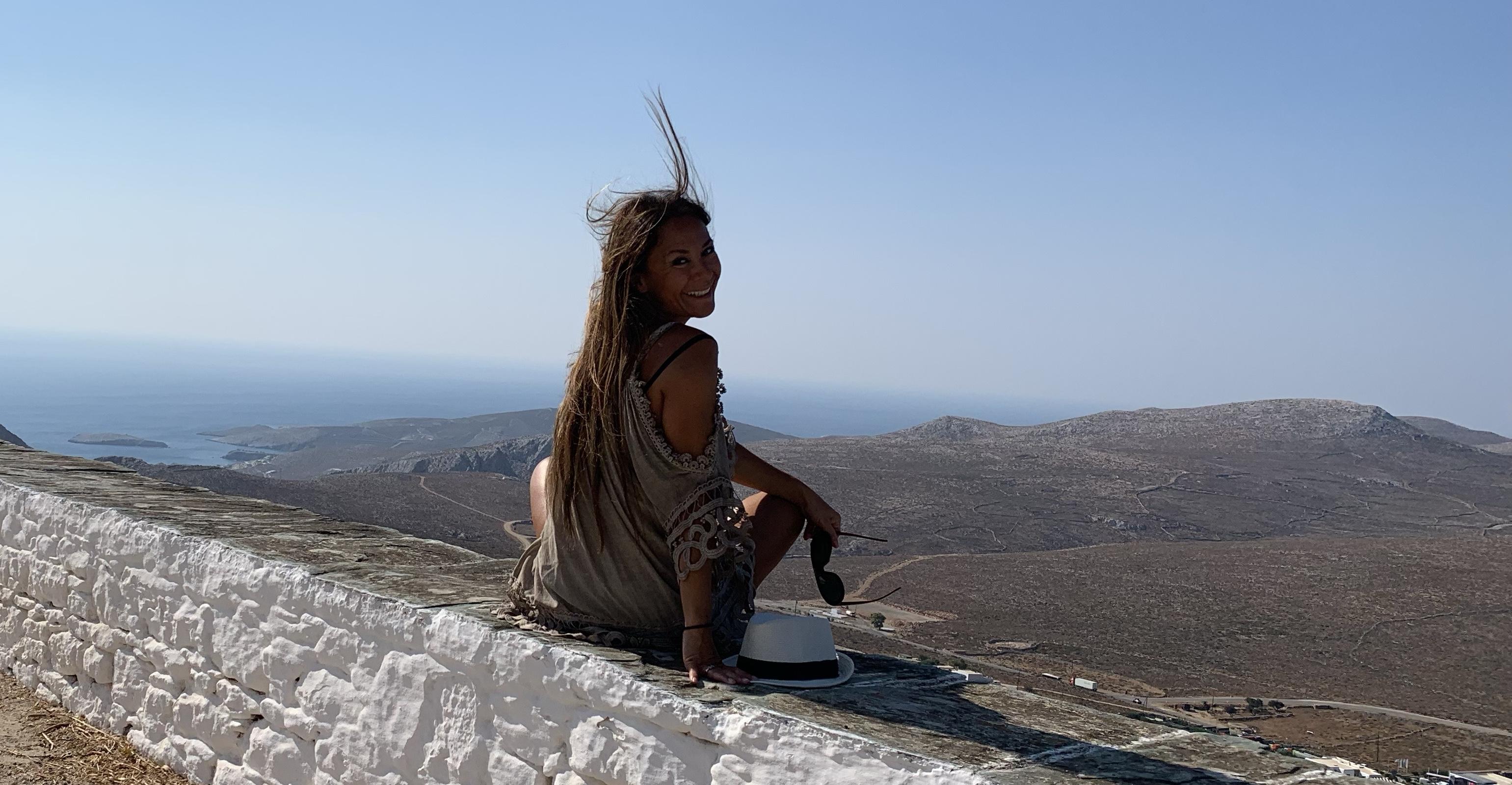 På et av de stedene på kloden jeg er mest glad i, Folegandros. Her klemmer jeg øye og horisonten.