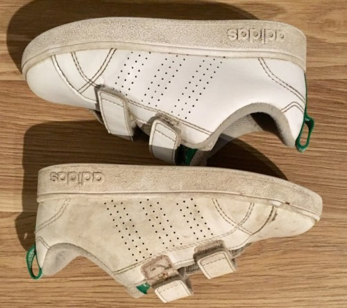 Rengjøre hvite sko vasketips