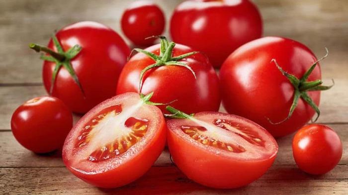 2 oppskrifter med tomater som basis: Delgados` tomatsuppe, og Lene`s fargerike fiskegryte