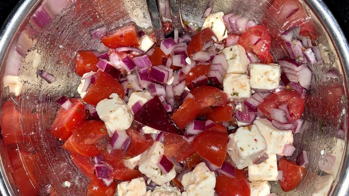 Tomat-og løksalat m/marinert ost