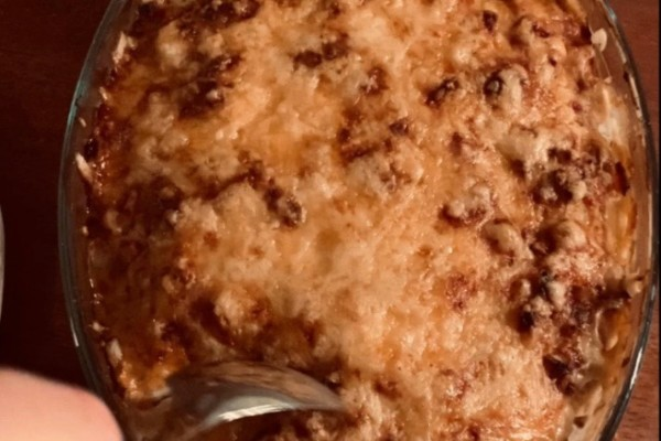 Fløtegratinerte poteter m/bacon, serveres med baguetter og tomat- og løksalat med marinert ost