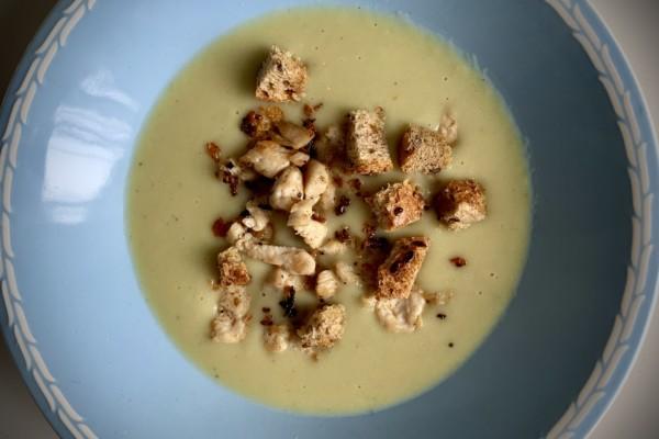 Potet-og purreløk suppe med stekt kylling og fullkorns krutonger