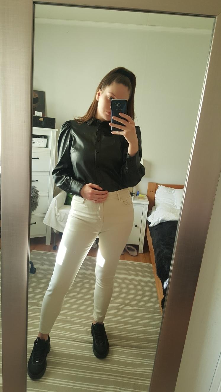 refleks-reflekstopp-topp-nelly-nellycom-innkjøp-newin-hvitt-isalicious-blogg-blogger-blog-pushirt-skinnskjorte-skjorte-skinn-veromoda-beigebukse-pants-bukse-svartesko-sneakers-
