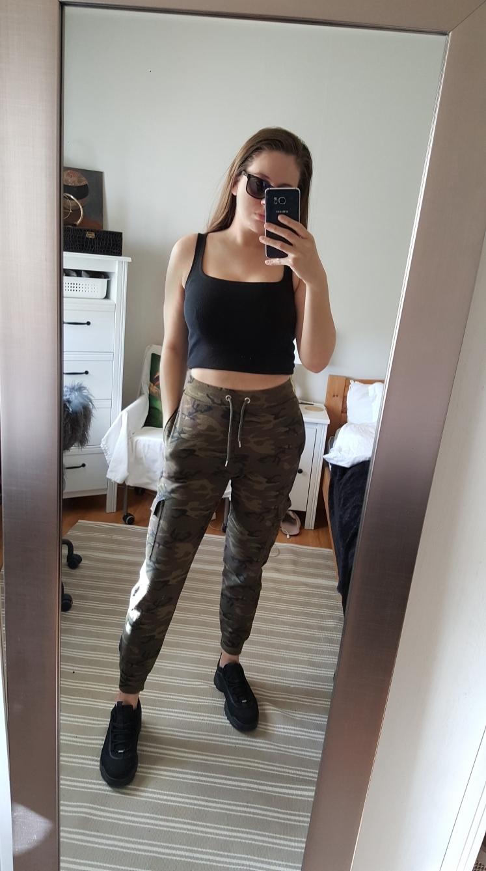 mote-trend-stil-fashion-outfit-style-antrekk-klær-stylist-millitær-cargo-joggebukse-jogging-camouflage-look-nomakeup-sunglasses-rayban-boohoo-selfie-inspirasjon-motivasjon-klær