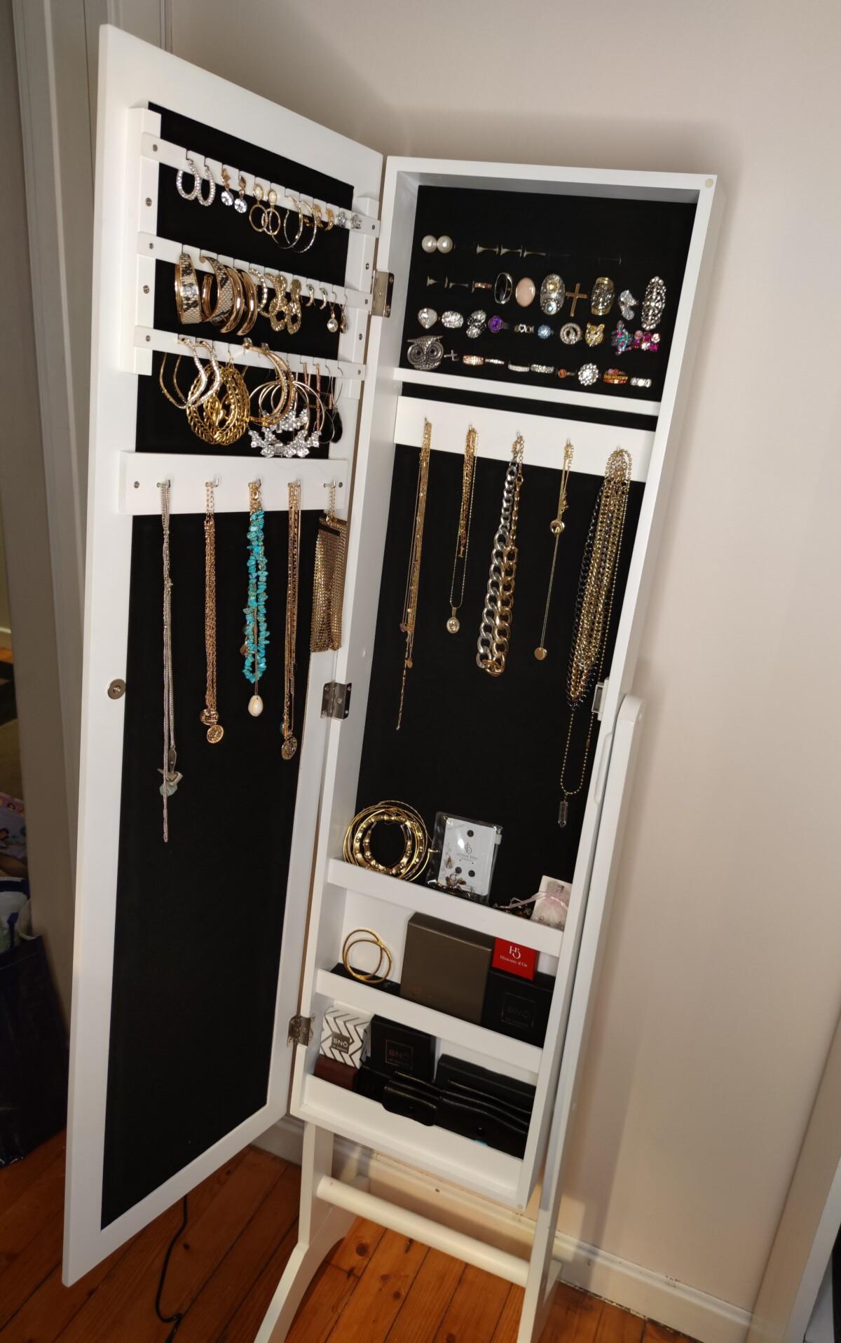 smykker-smykkeskap-smykkestav-smykkestativ-smykkeskrin-smykkeholder-smykke-smykketre-klokker-armbånd-ankelsmykker-ringer-gull-sølv-guess-louisvuitton-heuer-dg-neckontheline-smykkeoppbevaring-oppbevaring