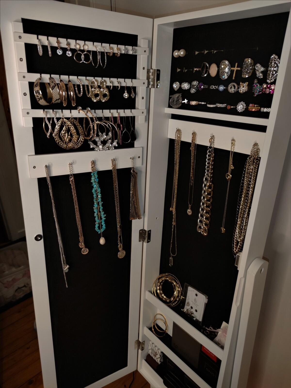 smykker-smykkeskap-smykkestav-smykkestativ-smykkeskrin-smykkeholder-smykke-smykketre-klokker-armbånd-ankelsmykker-ringer-gull-sølv-guess-louisvuitton-heuer-dg-neckontheline-smykkeoppbevaring-oppbevaring-isalicious-isalicious1-isalicious.blogg.no