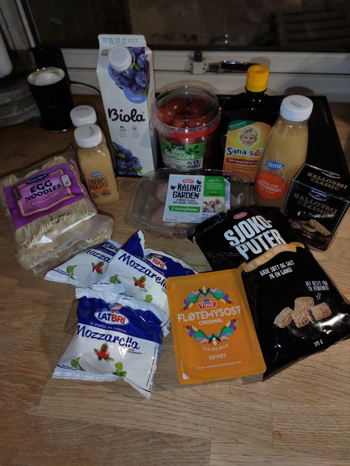mathandel-mathandling-mathandelen-mat-handel-innkjøp-matinnkjøp-meny-europris-matbutikk-middag-brunost-juice-lux-sjokoputer-tomatmozzarella-eggenudler-halloumi-isalicious-isalicious1-isalicious.blogg.no