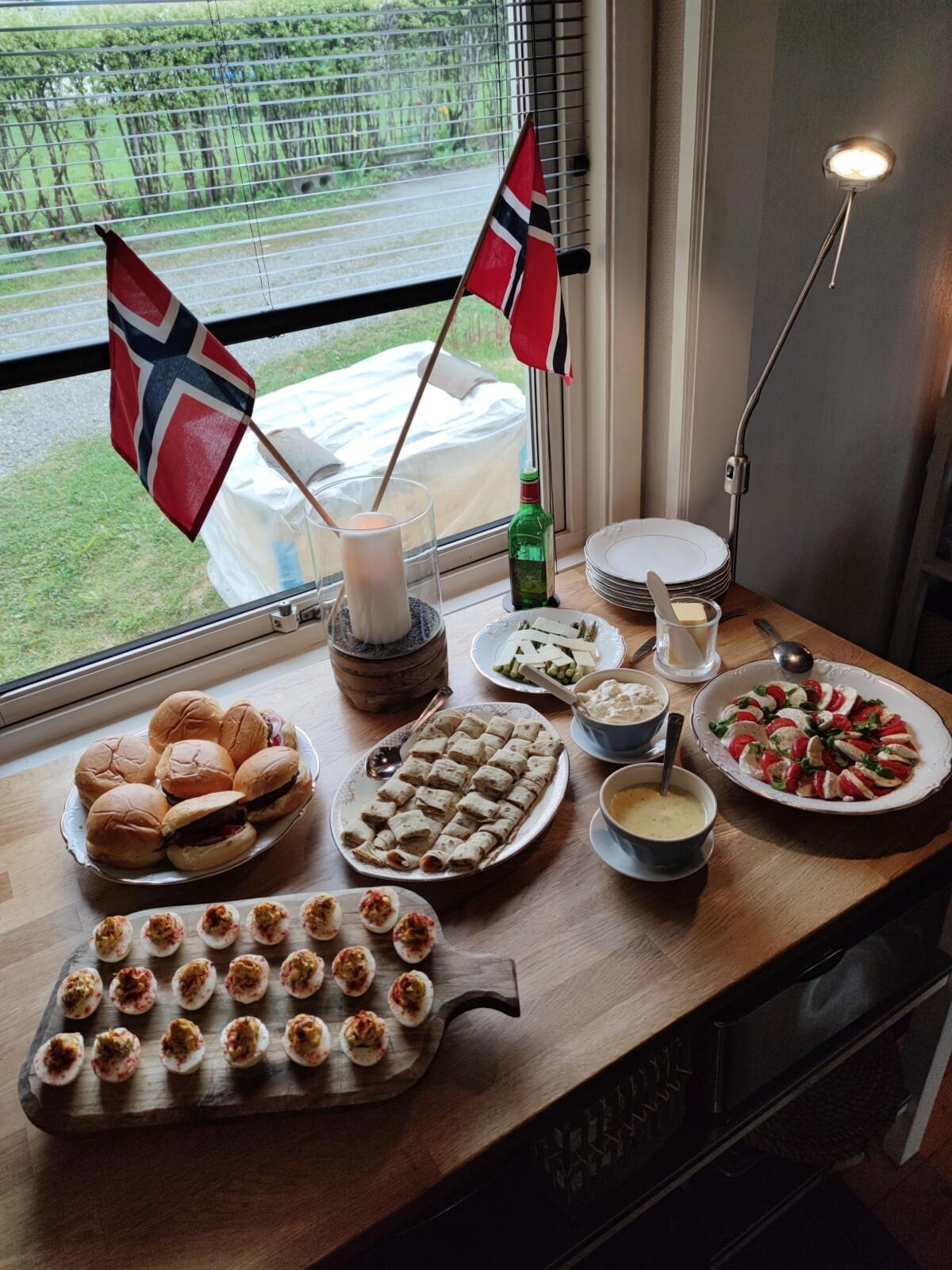blogg-blogger-17mai-nasjonaldagen-norge-norsk-flagg-nasjonaldag-corona-min17mai-17maifeiring-pavolova-småretter-tapas-champagne-outfit-antrekk-look-17maiantrekk-isalicious-isalicious.blogg.no-isalicious1