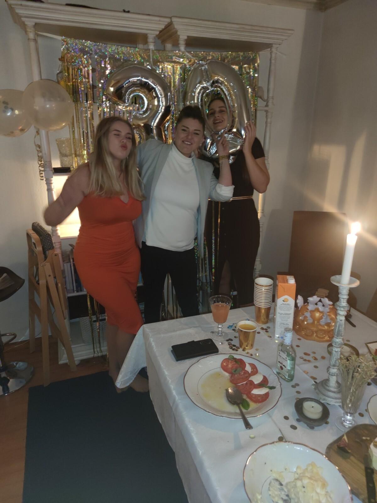 bursdag-30årsdag-bursdagselskap-30år-isalicious-isalicious1-look-sminke-antrekk-venner-30årslag-supriseparty-party-bestevenner-lykkelig-isalicious.blogg (1)