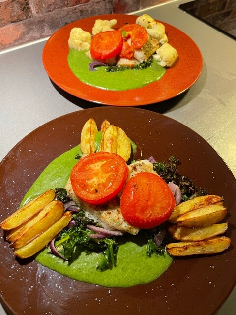 Lyrfilet med stekte poteter og spinatsaus.