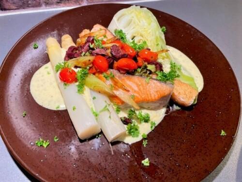 Kongen av grønnsaker, hvit asparges med laksefilet og falsk bearnaise.