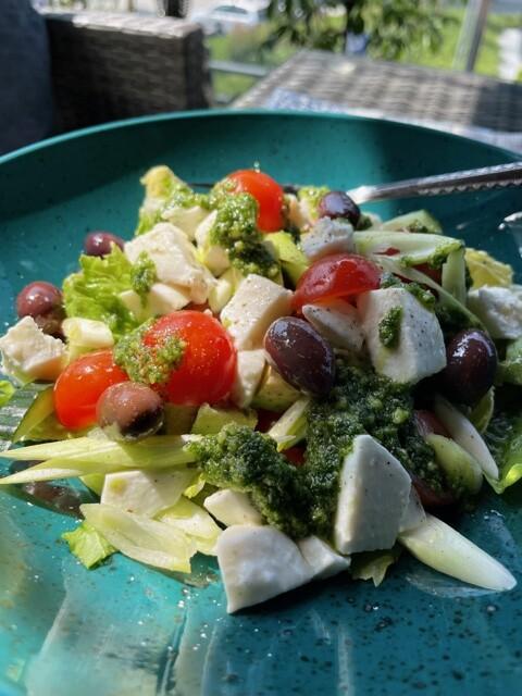 Hjertesalat med mozzarella, oliven og tomater.