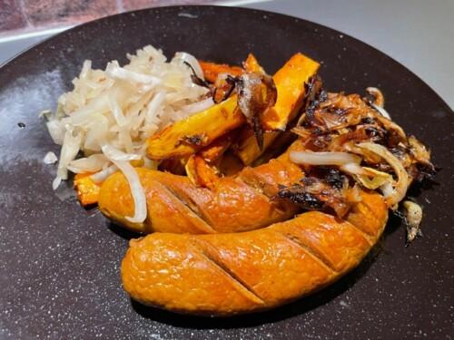 Salsiccia med surkål, gulrot og søtpotet.
