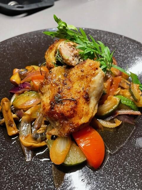 Kyllinglår fylt med bratwurst og friske urter.