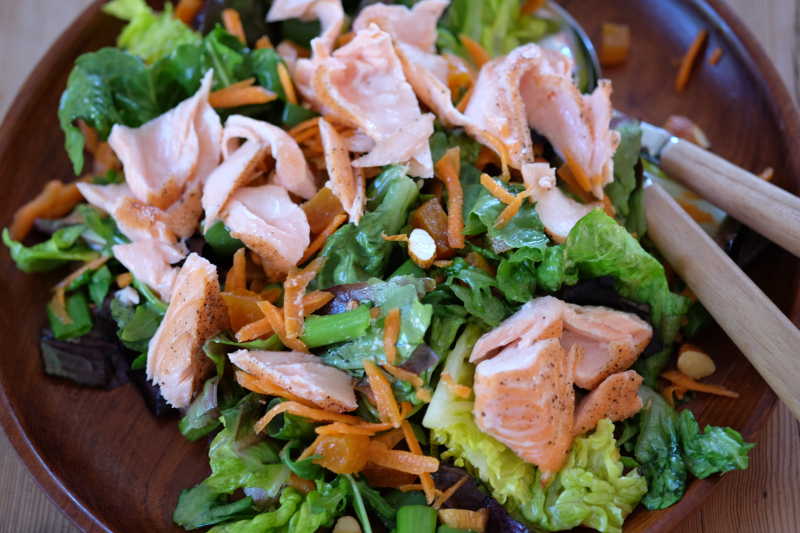 Asiatiskinspirert salat med laks