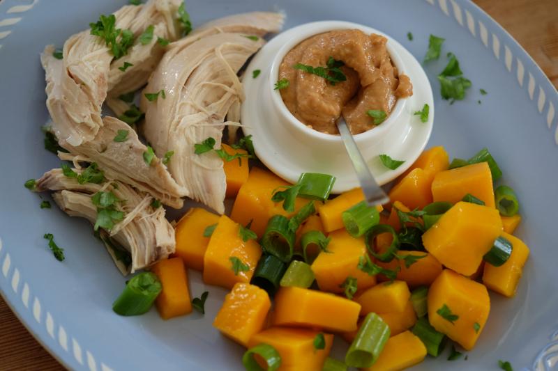 Høne med mango og peanøttdip
