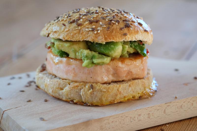 Salmaburger med avokadosalsa