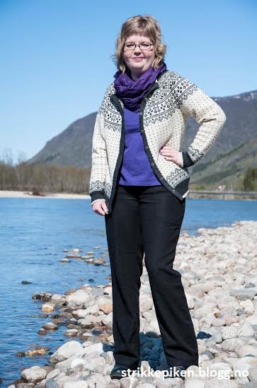 Strikkepiken – Bøvertun med rundfellingrundøking i finull