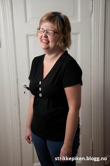 Strikkepiken – T skjorte med V hals og strikkeknapper