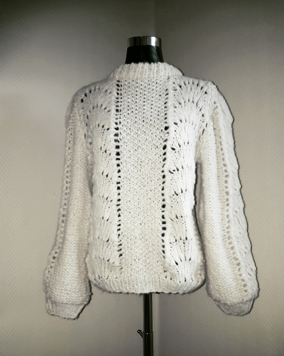 0eaa5c20 Den er strikket i trippel tråd Brushed Alpaca Silk fra Drops på pinner 8 og  9 og det går med 12 nøster i denne størrelsen.