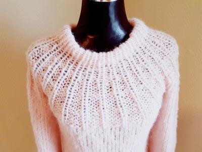 1b6d98b4 ... og Pudder Rosa i Silk Mohair med kode 3511. Måten bærestykke er  strikket på ser det i grunn ut som solstråler på en fin sommerdag. 😊.  #genser #minmote ...