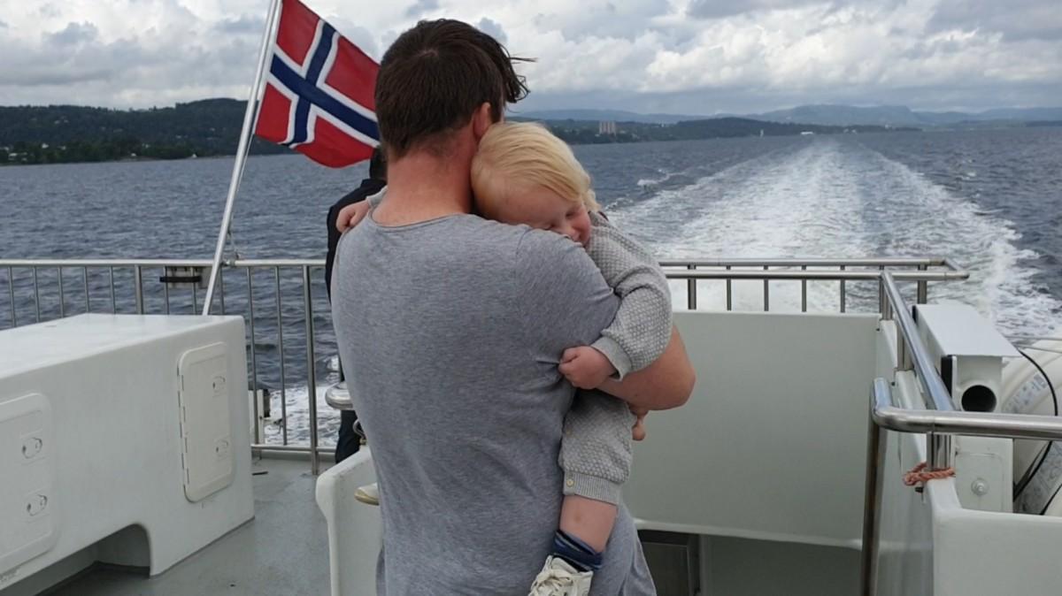 far på dekk med sønn på 2 år i armene på båt mellom Slemmestad og Drøbak