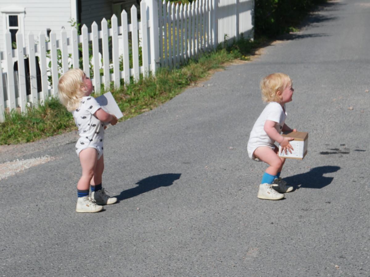 toåringene bærer isen hjem
