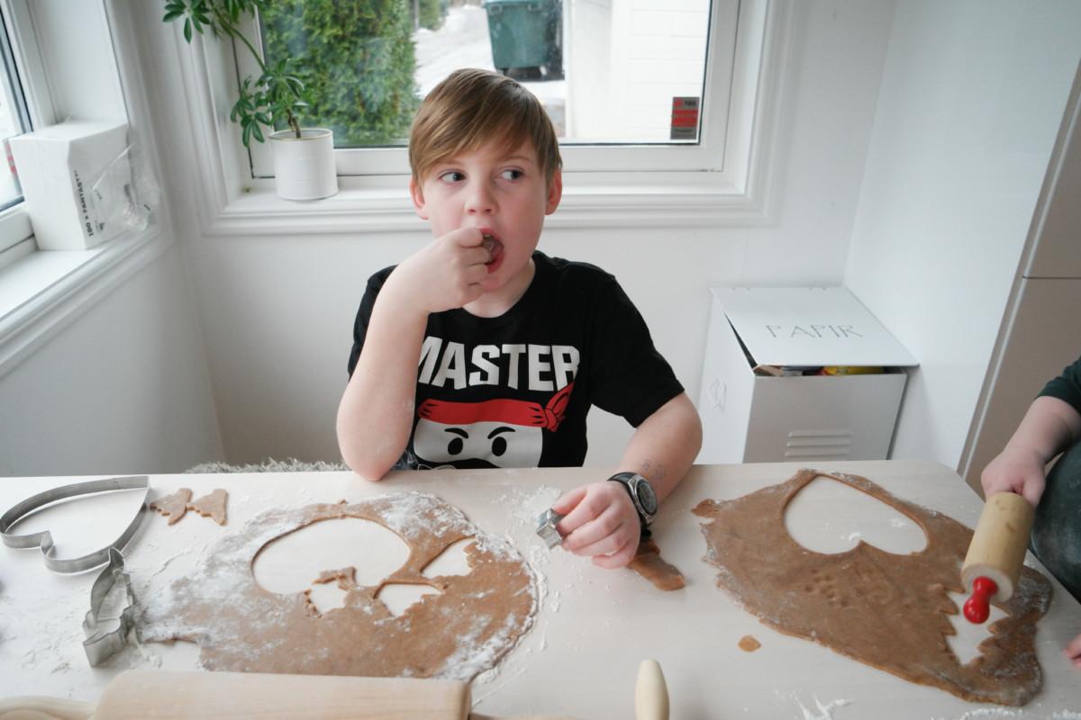 gutt spiser pepperkakedeig