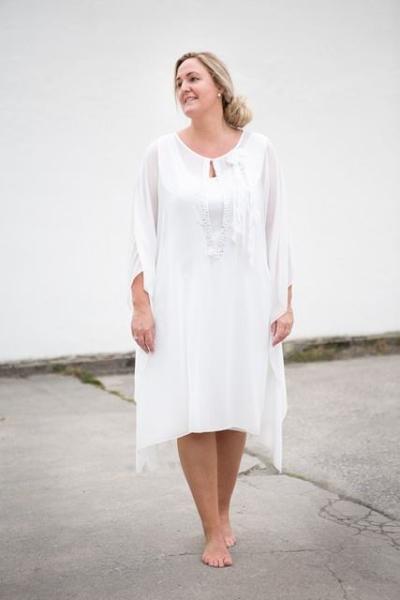 ab4e2437 Den første kjolen er fra KK Design ( Kirsten Krogh ), og koster 2499 kr.  Her kan du ta av øverste del, og man får en hvit, klassisk kjole.
