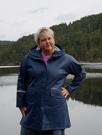 1dd1989c Jeg har mange ganger gått søkkvåt i regnet fordi jeg ikke har hatt en  skikkelig regnjakke, eller aller helst en regnkåpe som har litt lengde.