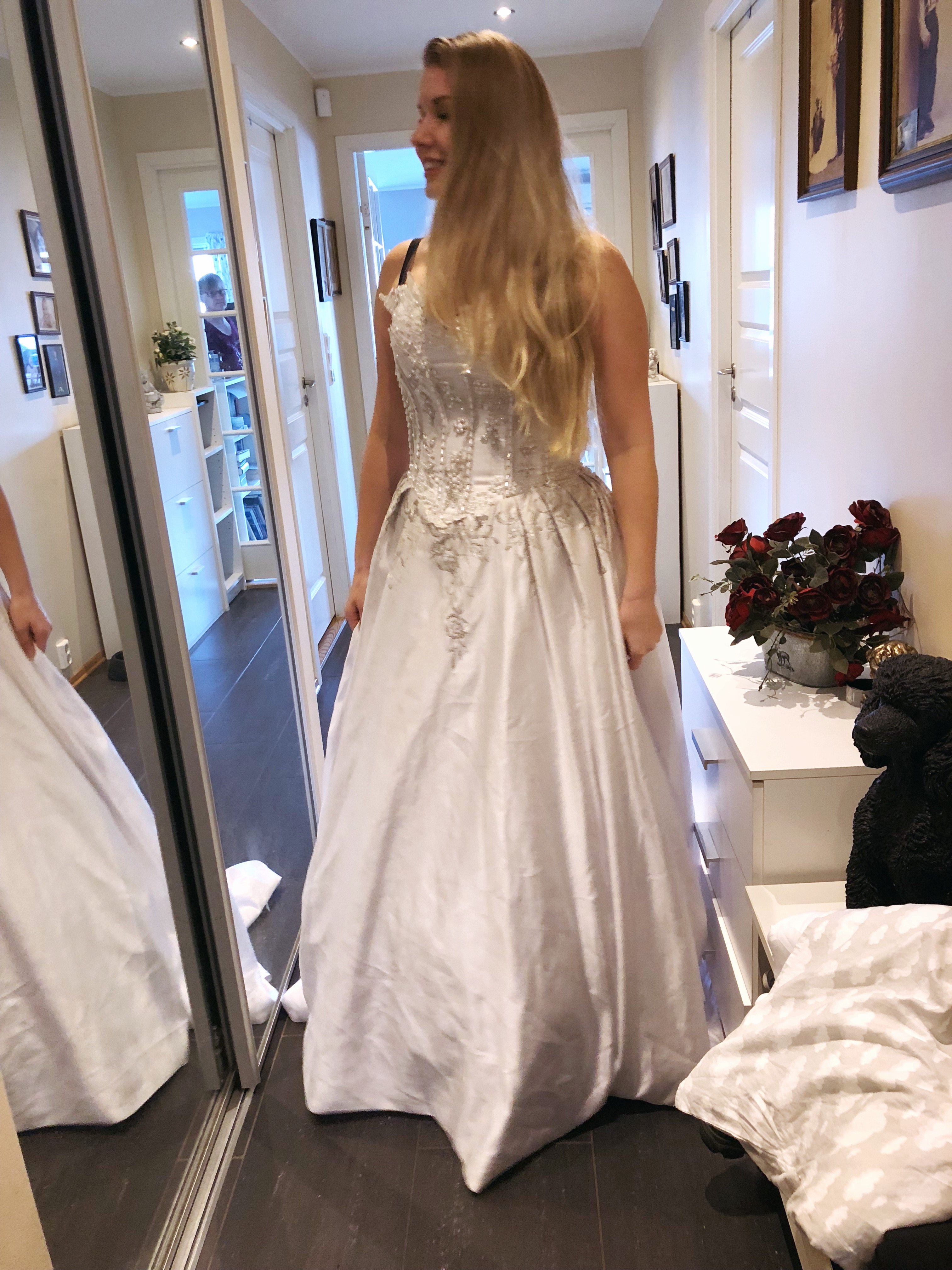 cb09cac0 Denne kjolen skal jeg legge vekk og spare frem til vårt Norske bryllup.  Håper jeg kan bruke den om 1-2 år og at jeg kanskje ikke har lagt på meg  etter ...