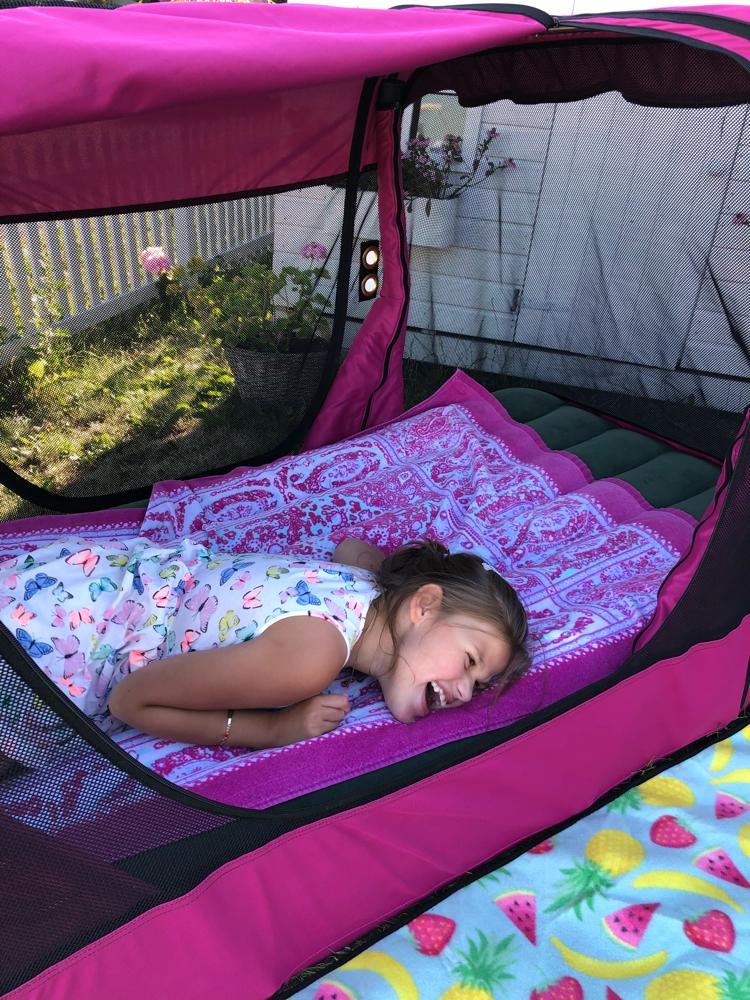 Lillegull Emily – Den perfekte reiseseng og telt!
