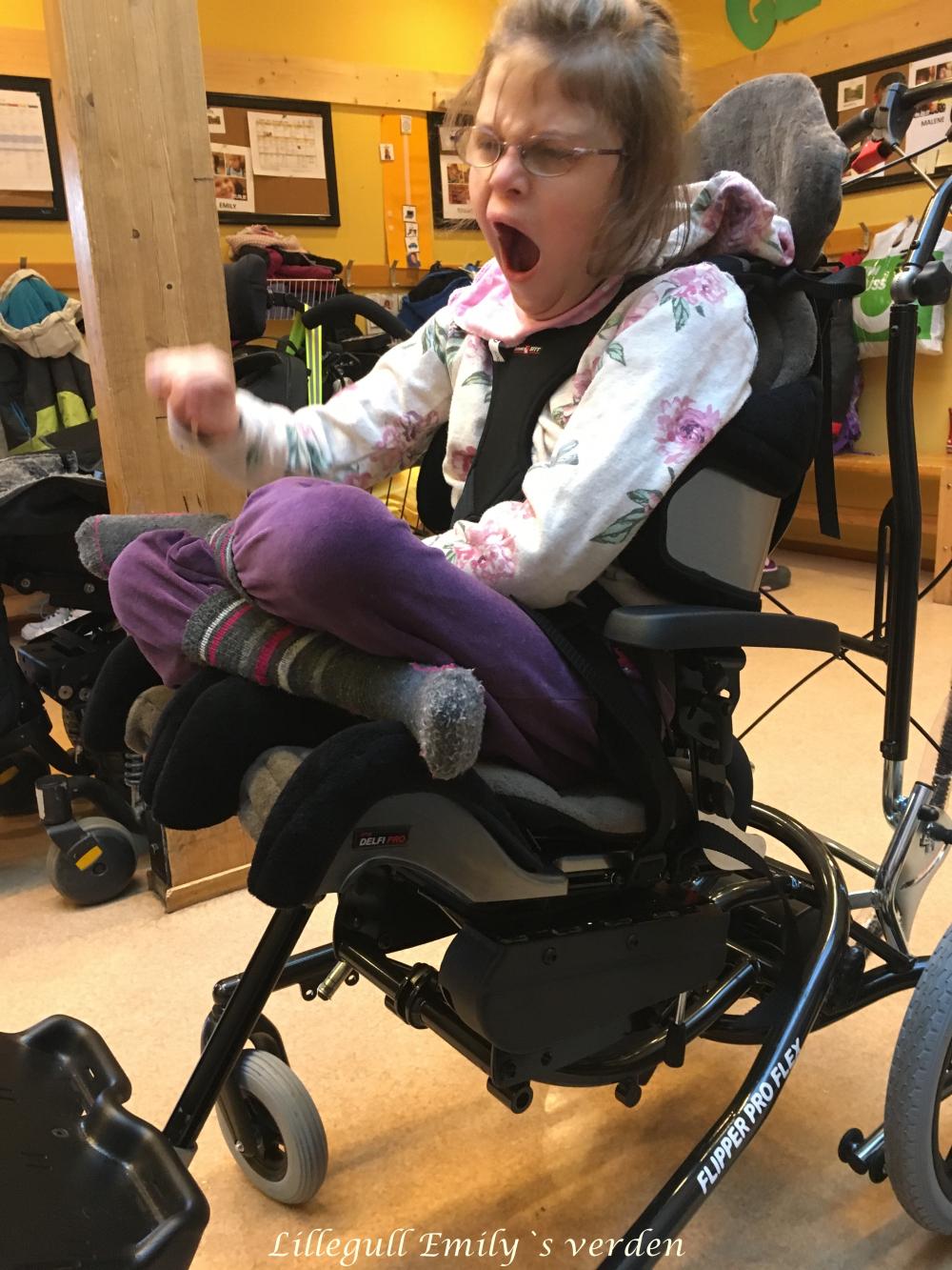 Lillegull Emily – Emily har fått stol!