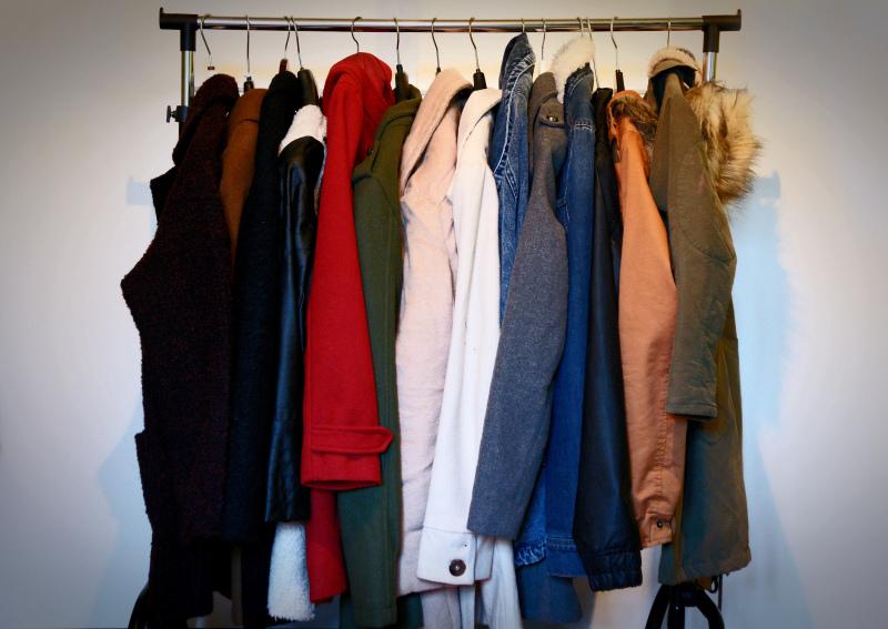 dbe23560 Om vinteren og høsten er det kåper man ser meg mest med. På dette stativet  som står på rommet mitt henger favorittene mine. Det er fortsatt et par  jakker ...