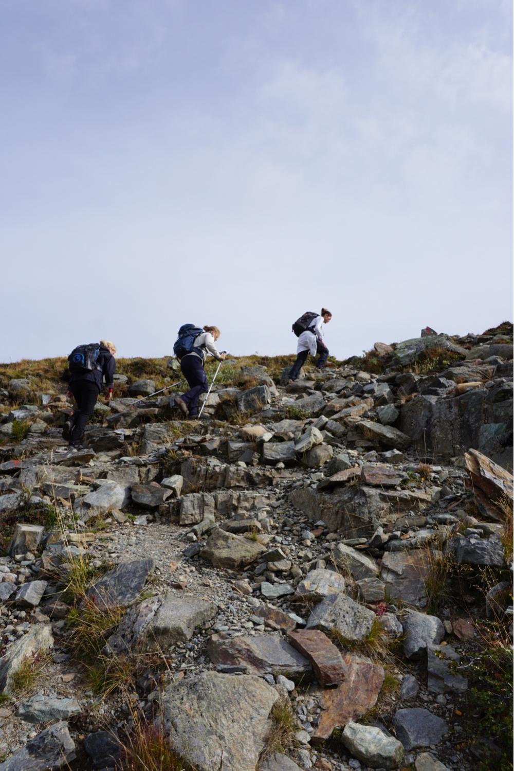51c6bec2 Det frodige landskapet begynte nå å gå mer og mer over til stein. Stien var  likevel tydelig og merkingen var fortsatt god.