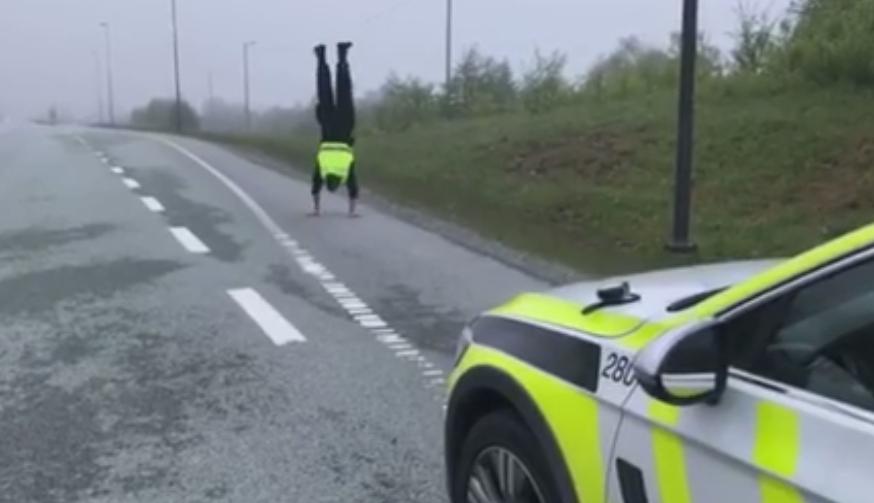 Politimannen ble så rastløs under en promillekontroll. Han gikk flere meter med hendene