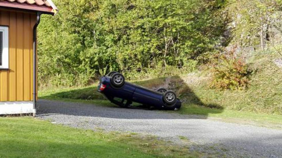 En personbil havnet på taket i hage i Bamble – to kvinner satt inne i bilen da ulykken fant sted