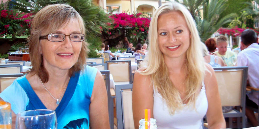 Moren (44) tro at alt er bra med datteren. Senere tar Birgit (19)selvmord
