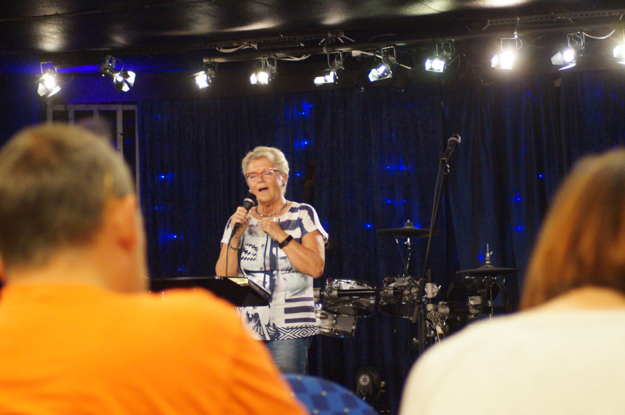 """På Søndag var Berit Sundet Olsen (71) på besøk hos """"Good News"""" menighet i Skien. Det ble musikk og forrdrag"""