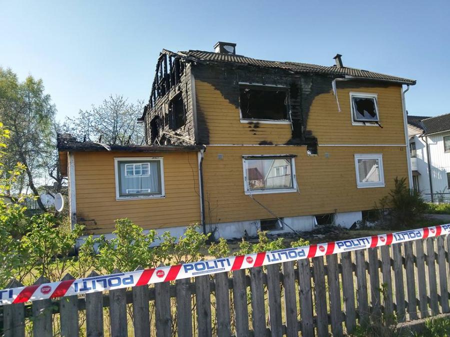 Tomannsbolig sto Onsdag i full fyr i Horten.Flere personer ble husløse etter brannen.Naboer har også blitt evakuert av politiet