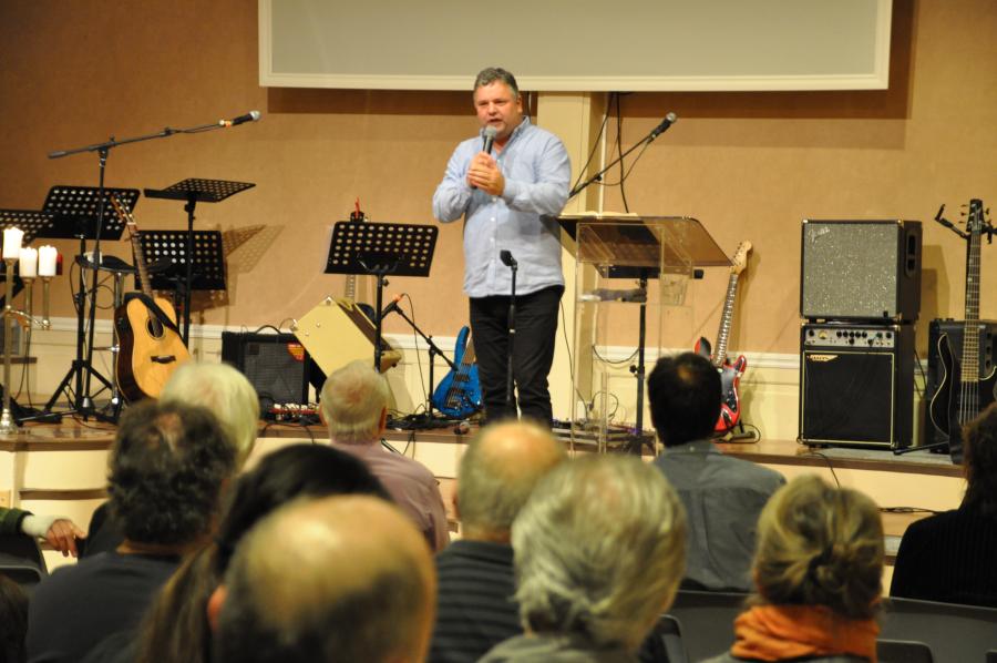 Evengelist Jørn Strand (50) i gang med 5-dagers møte ved Troens Liv i Skien.Fredag holdt han en fantastisk møte med fullsatt sal