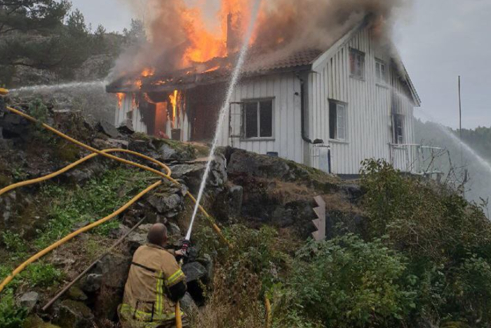 Kraftig hyttebrann i Kragerø. Hytta måtte brenne helt ned