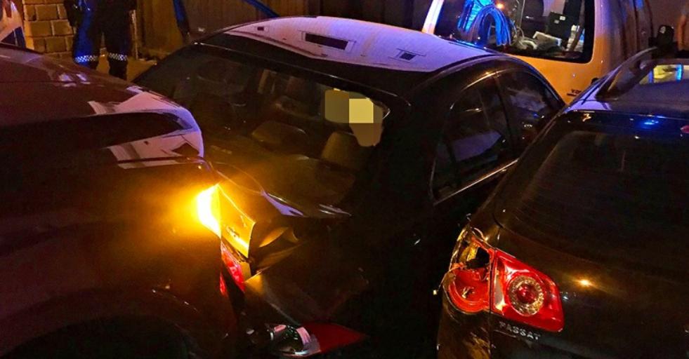 En bil krasjet rett inn i flere parkerte biler og havnet inn i husvegg i Horten