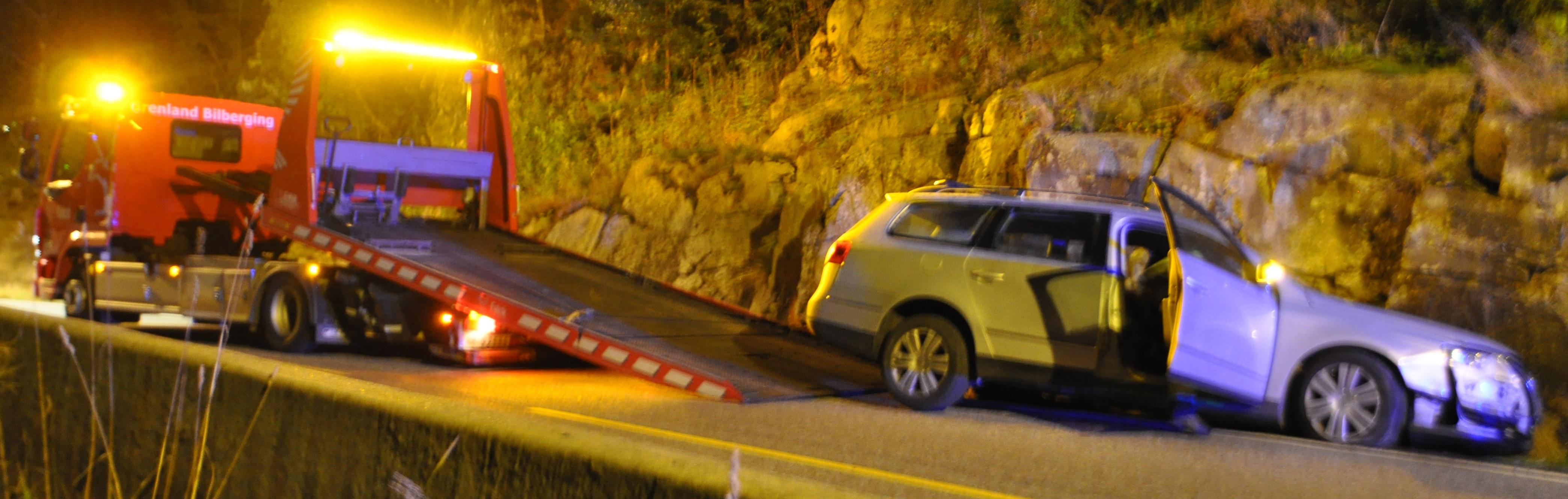 En bilfører kjørte rett i fjellveggen. Ble kjørt til sykehuset for en undersøkelse
