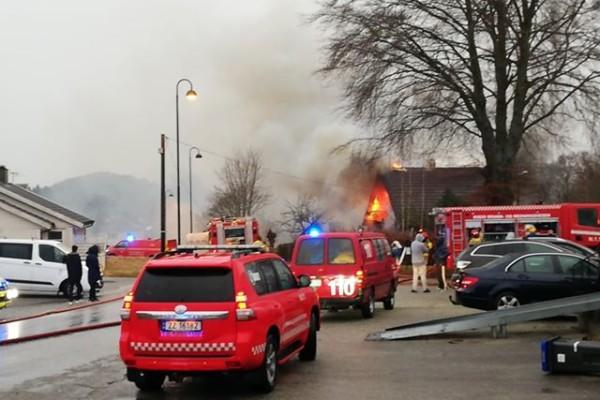 En enebolig i Førde i Sveio er i full fyr. Huset er overtent. Familien kom seg ut og i sikkerhet