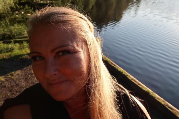 Larvik-blogger Lene Elisabeth Tårnes (47) bruker bloggen sin som terapi på dårlige dager, som en venn når hun vil fortelle om en opplevelse