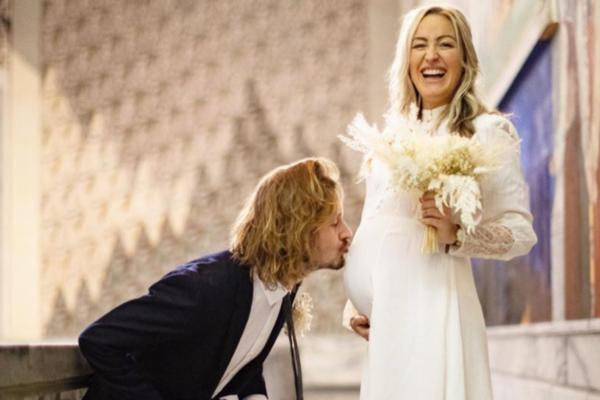 Ifjor kunne «Farmen»-deltakeren Stine Hartmann avsløre at hun og forloveden Jakob Næss venter sitt første barn. Nå har de giftet seg