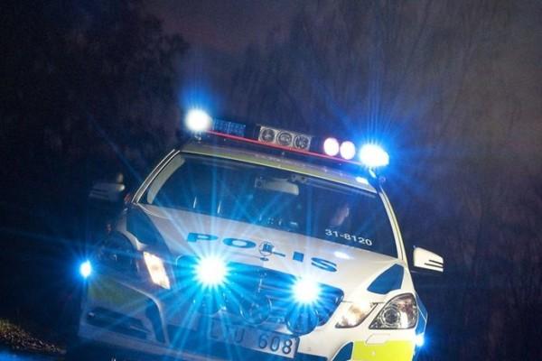 Politiet og AMK rykket til Linderud T-banestasjon i Oslo. En mann er alvorlig skadet etter å ha blitt knivstukket. To er pågrepet.