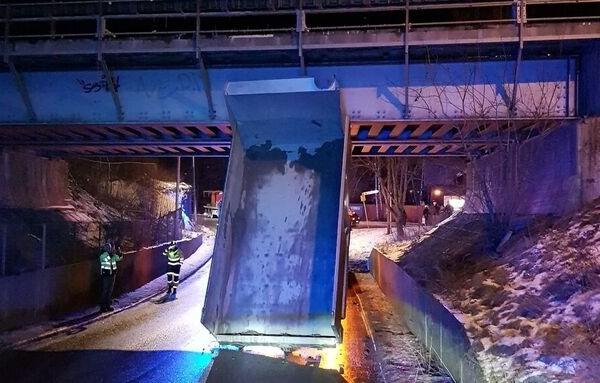 En lastebil har kjørt oppi i jernbanebrua på Kjelsås. Sjåføren blir anmeldt og førerkortet er beslaglagt