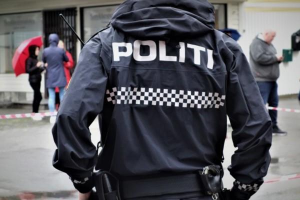 Tre menn i 20-årene er pågrepet av bevæpnet politiet etter at det ble observert med et skytevåpen